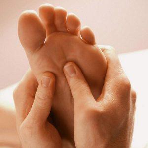 Automassaggio-Do-in-il-massagio-ai-piedi-per-stimolare-e-rilassare